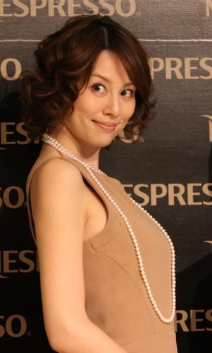 ベージュのシンプルドレスの米倉涼子